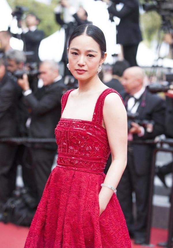 周韻到國外美翻了,穿紅色吊帶連衣裙走紅毯,滿滿的國際範