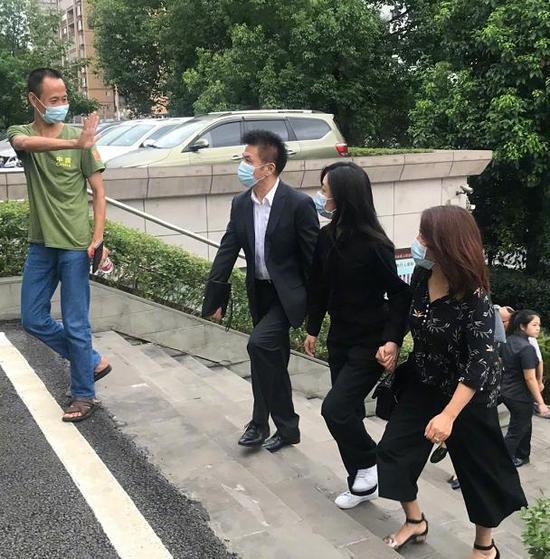 吃瓜日報丨范冰冰與廖凡手牽手合影;李小璐現身豪華遊艇派對